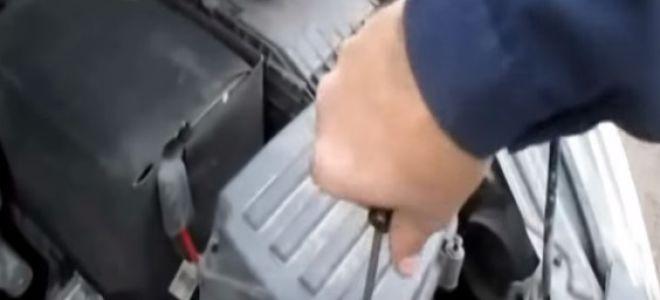 Замена воздушного фильтра Шкода Йети