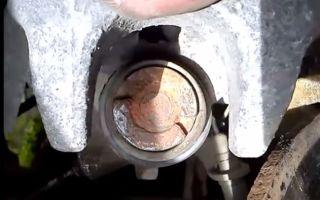Замена задних тормозных колодок Пежо 407