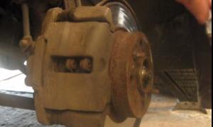 Замена передних тормозных колодок Лада Приора