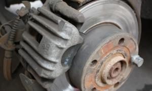 Замена задних тормозных колодок на Audi A6(C5)
