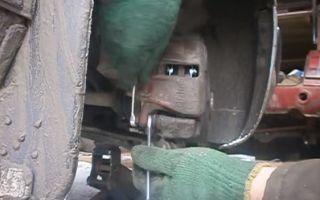 Замена передних тормозных колодок Ауди 80