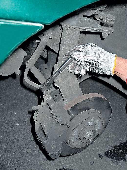 Откручиваем направляющую тормозного суппорта Ланос