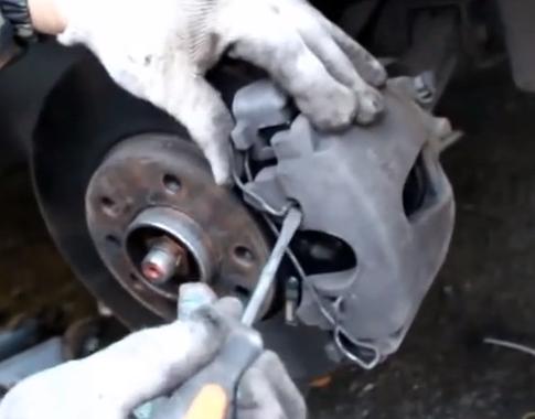 Устанавливаем пружину фиксатора и закручиваем крышку бачка Opel Astra H