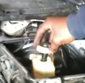 Открываем крышку бачка тормозной жидкости BMW E39
