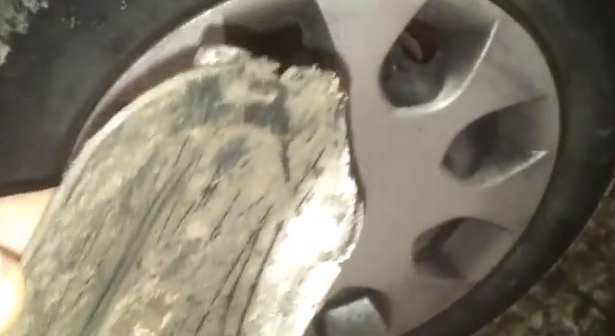 Лючок под передним колесом Mitsubishi Colt