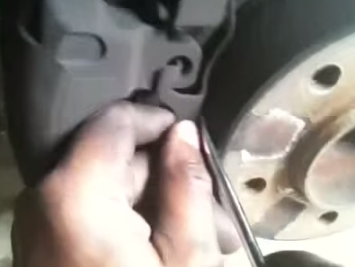 Снимаем металлическую скобу на суппорте БМВ Е39
