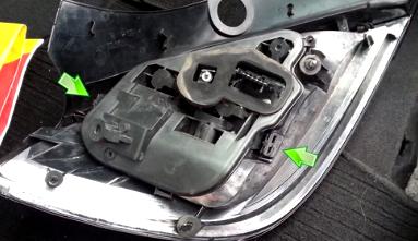 Открываем две клипсы задней фары Opel Astra H