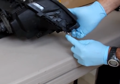 Снимаем нижний ободок фары БМВ Е46