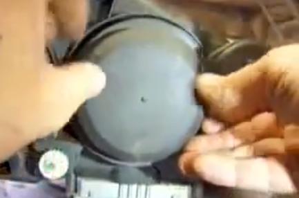 Устанавливаем резиновую крышку Рено Эспейс 4