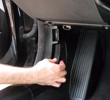Открываем капот BMW 325Ci