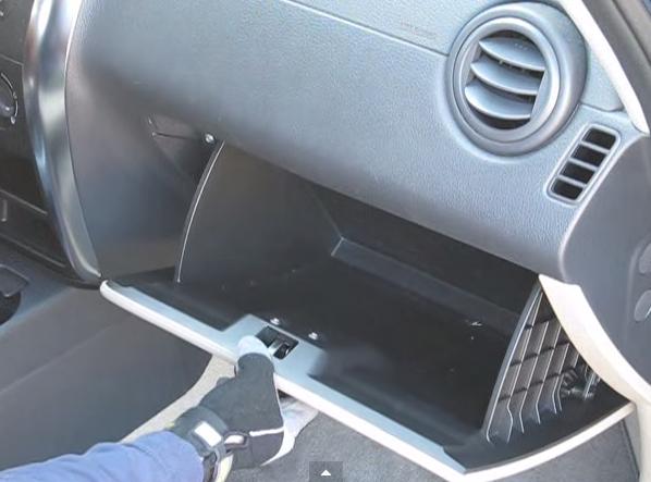 Открываем бардачок Suzuki SX4