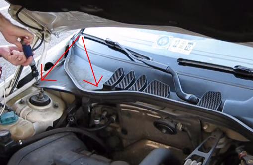 Открываем капот и выкручиваем два винта крепления фильтра Volvo V70