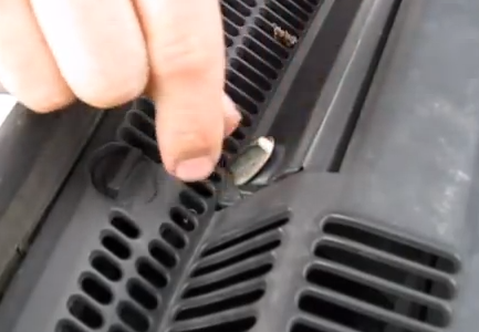 Закрываем дверцу и закрываем две клипсы BMW X5 (E53)