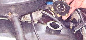 Снимаем крышку масло заливной горловины Ваз 2107