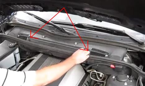 Открываем две клипсы фильтра BMW X5 (E53)