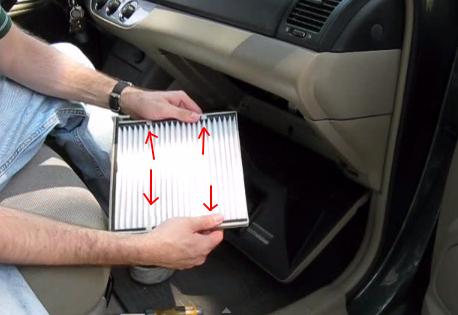 Устанавливаем фильтрующий элемент салонного фильтра Тойота Камри (2004)