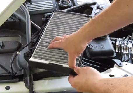 Извлекаем старый салонный фильтр BMW 528xi
