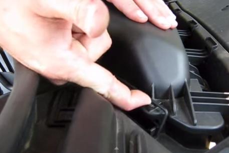 Защелкиваем крепления крышки салонного фильтра BMW 528xi