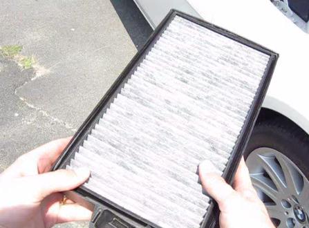 Устанавливаем фильтрующих элемент салонного фильтра BMW 745Li(2003)
