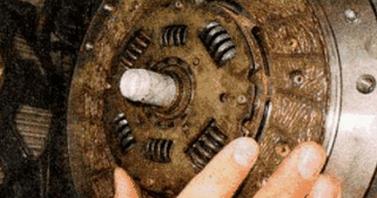 Устанавливаем ведомый диск сцепления Лада Гранта