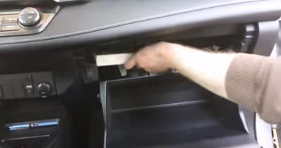 Извлекаем старый салонный фильтр Тойота Рав 4 (2013)