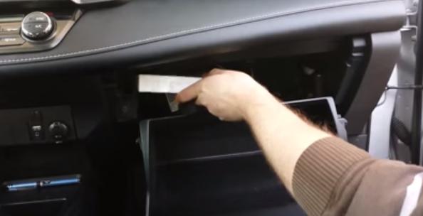 Устанавливаем новый салонный фильтр Тойота Рав 4 (2013)