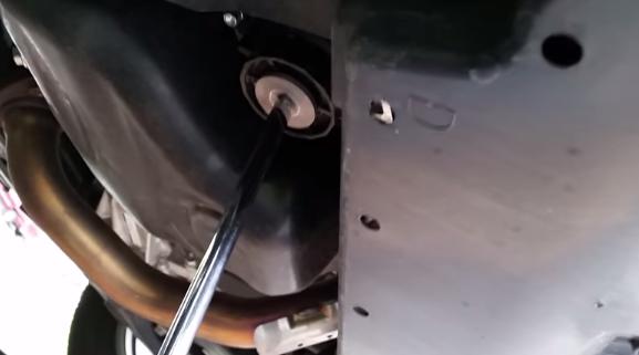 Откручиваем защитную пластмассовую крышку Тойота Рав 4