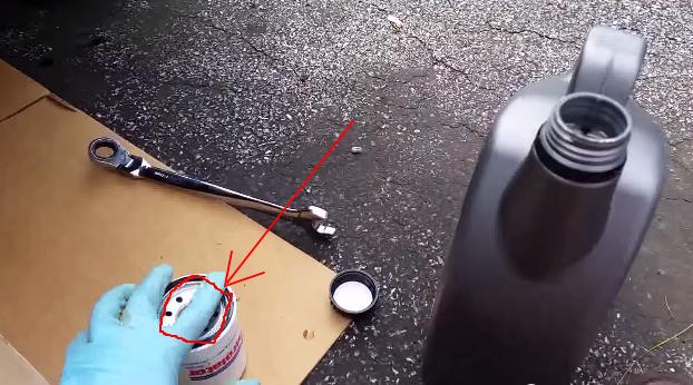 Смазываем уплотнительную резинку на фильтре маслом Хонда Цивик