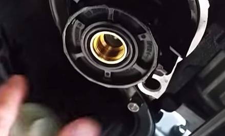 Устанавливаем новый масляный фильтр Тойота Рав 4