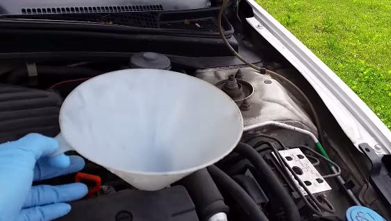 Заливаем масло в двигатель Хонда Цивик