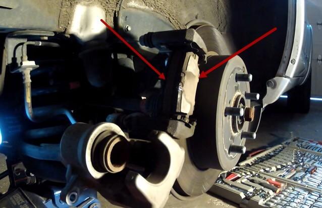 Извлекаем отработанные колодки Тойота Рав 4 (2007)