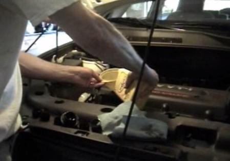 Доливаем масло до уровня Тойота Рав 4 (2008)