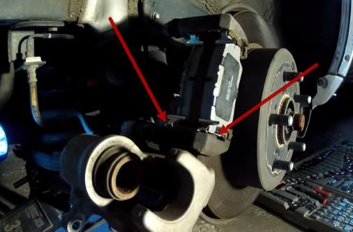 Ставим новые тормозные колодки Тойота Рав 4 (2007)