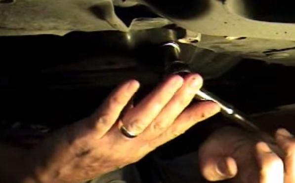 Сливаем масло из двигателя Тойота Рав 4 (2008)