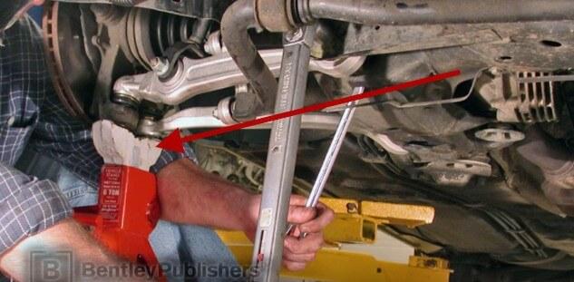 Устанавливаем передние нижние рычаги Ауди А6 С5