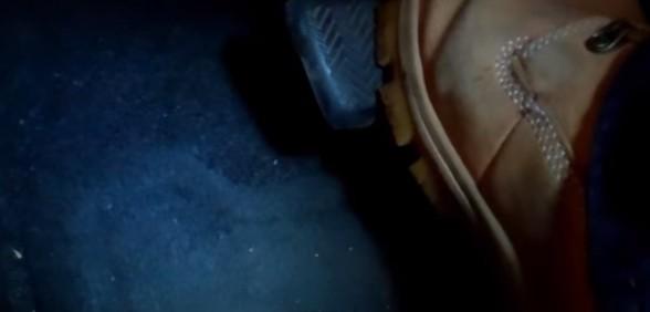 Нажимаем на педаль тормоза Тойота Рав 4 (2007)