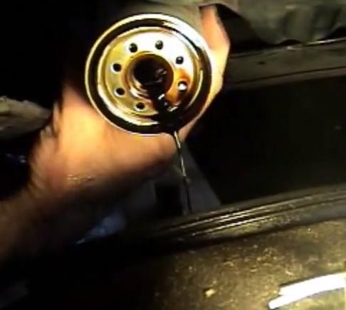 Меняем масляный фильтр Тойота Рав 4 (2008)
