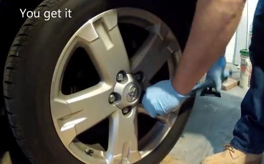 Снимаем колесо Тойота Рав 4 (2007)