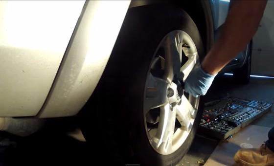 Ставим колесо Тойота Рав 4 (2007)