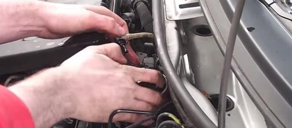 Подключаем датчик и фишку на топливном фильтре Фиат Пунто