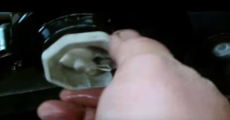 Устанавливаем датчик в топливный фильтр Тойота Авенсис