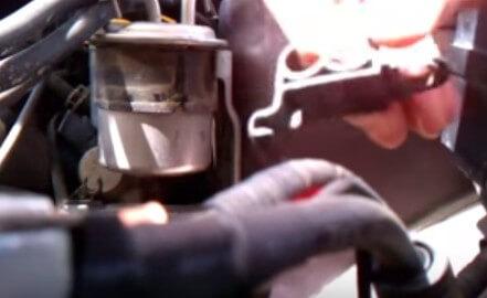 Демонтируем пластмассовый держатель топливных трубок Субару Легаси