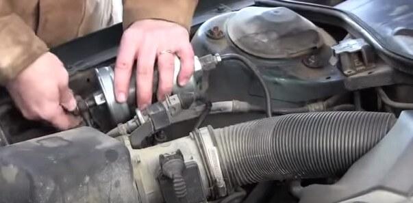 Закручиваем топливные трубки по двум сторонам фильтра Ауди А6 С4