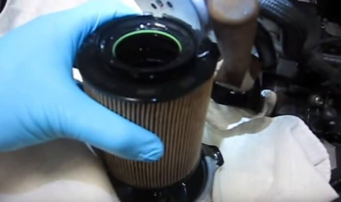 Извлекаем старый топливный фильтр Фольксваген Джетта (2009, TDI)
