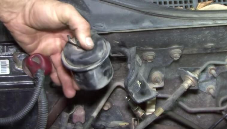 Откручиваем крепление топливного фильтра и демонтируем Хонда Цивик