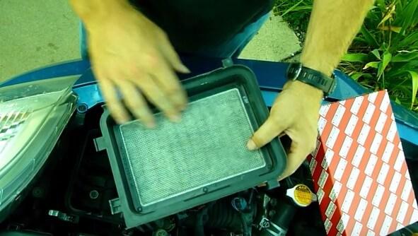 Чистим сеточку внутри крышки фильтра Тойота Ярис