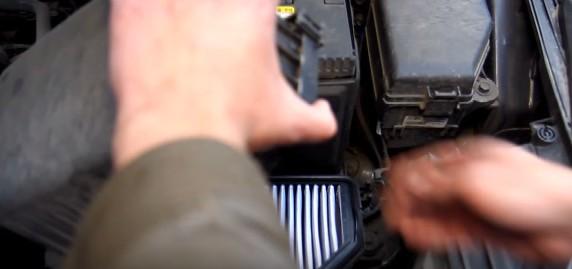 Поднимаем корпус воздушного фильтра Киа Рио