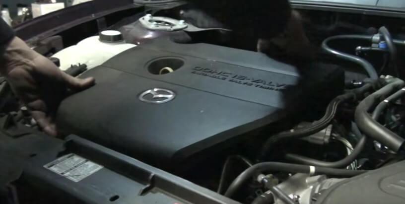 Снимаем пластмассовую крышку двигателя Мазда 3