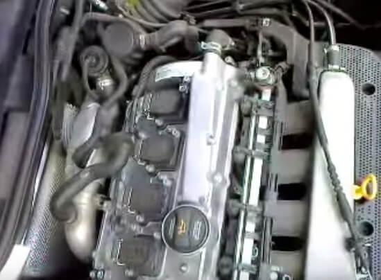 Снимаем декоративную крышку двигателя Шкода Октавия Тур
