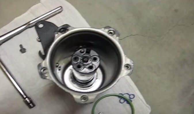 Устанавливаем новый топливный фильтр Фольксваген Джетта (2009, TDI)